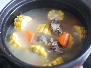 冬至美食 营养滋补的山药炖鸡汤,加满水。