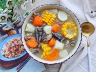 冬至美食 营养滋补的山药炖鸡汤,撒葱花。