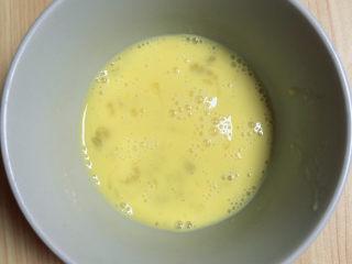 冬至美食 喜庆四喜蒸饺,鸡蛋打入碗中,搅打均匀。