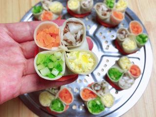 冬至美食 喜庆四喜蒸饺,逐一做好,分别放入芹菜、火腿、蛋黄、蘑菇等四色原料,即四喜饺生坯;