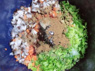 冬至美食 喜庆四喜蒸饺,放入调料,盐、生抽、蚝油、白胡椒粉、十三香、花椒大料油、蛋清一个。