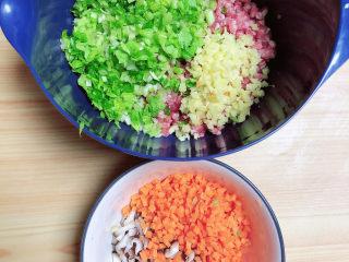 冬至美食 喜庆四喜蒸饺,蔬菜、葱姜切末,放入鲜肉大碗中。