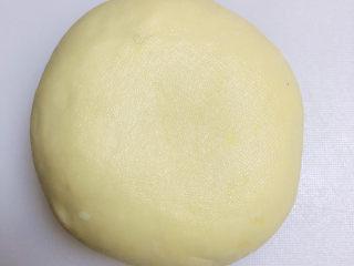 冬至美食 新疆烤包子,面发好后,揉掉面里的气,将面揉成光滑面团放入保鲜膜包住待用。