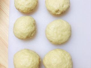 冬至美食 新疆烤包子,将面团分成小份,揉成团圆。