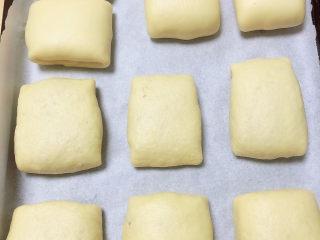冬至美食 新疆烤包子,将烤包子逐一做好,放入烤盘中,预热烤箱,180度预热5-10分钟。