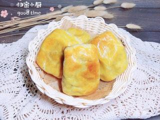 冬至美食 新疆烤包子,外焦里嫩的烤包子就做好了,金灿灿的相当诱人!
