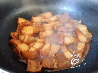 腊汁肉夹馍,此时肉炖熟了,要留一点汤汁