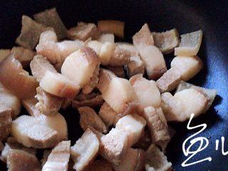 腊汁肉夹馍,焯水后的肉块清洗干净,放入油锅中