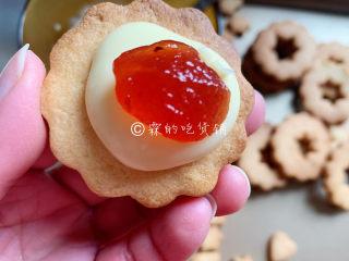 冬至美食 奶酪夹心饼干,再在中心位置放上点果酱,再把镂空的那片饼干覆盖上去。