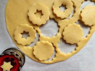冬至美食 奶酪夹心饼干,面团取出后,用擀面杖擀成约0.3厘米厚的面皮,再用饼干模具刻出花型。