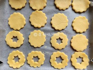冬至美食 奶酪夹心饼干,烤箱预热,170度,8分钟左右(具体的时间、温度,请根据自家烤箱灵活设定),取出后晾凉。