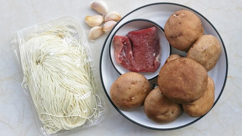 冬至美食 香菇肉酱拌面,准备好所有食材。