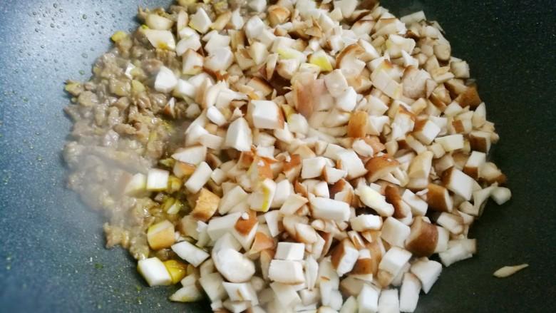 冬至美食 香菇肉酱拌面,加香菇炒软。