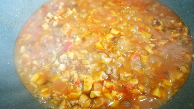 冬至美食 香菇肉酱拌面,小火煮5分钟至汤汁浓稠。