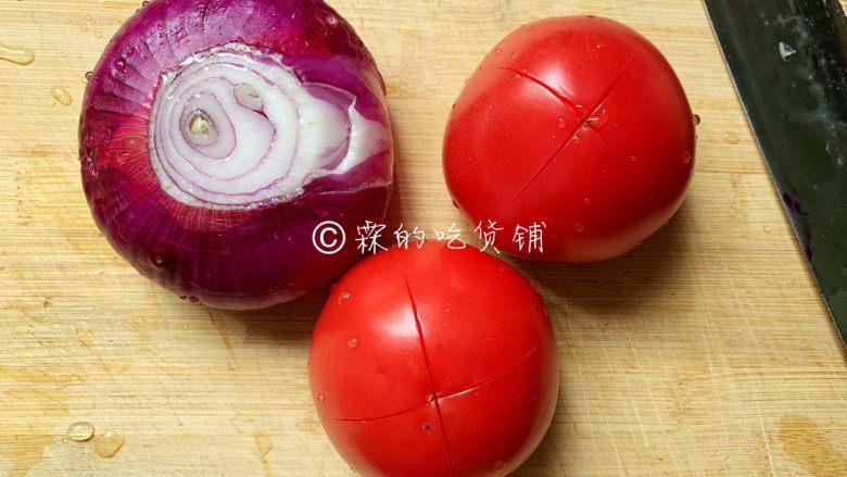 冬至美食 培根蘑菇披萨,面团发酵的同时,来做<a style='color:red;display:inline-block;' href='/shicai/ 46963'>披萨酱</a>。 准备一个洋葱,西红柿顶部,划个十字,开水里浸泡一下,然后把皮剥掉(划个十字,是为了剥皮更方便一些。)