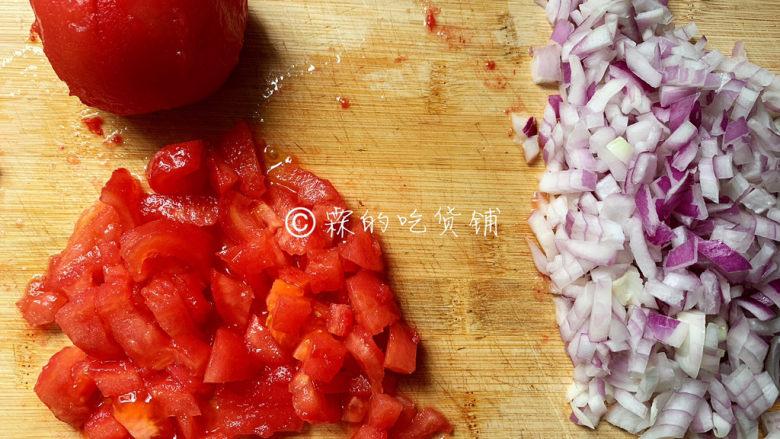 冬至美食 培根蘑菇披萨,随后,把洋葱和西红柿都切成小丁。