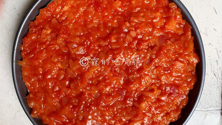冬至美食 培根蘑菇披萨,随后,把披萨酱均匀的铺在<a style='color:red;display:inline-block;' href='/shicai/ 15438'>饼皮</a>上。