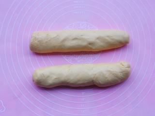 冬至美食 南瓜红枣糕,揉成不沾手的面团,可以适当多加点面粉,将面团搓成长条。