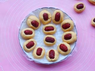 冬至美食 南瓜红枣糕,每个小剂子搓长一点,弄一个小坑放上枣片,按紧。