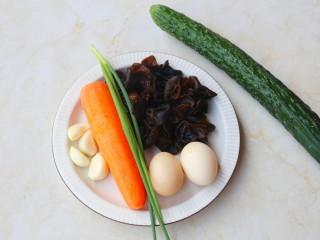 冬至美食 低脂低卡的黄瓜木耳炒鸡蛋,准备好所有食材。