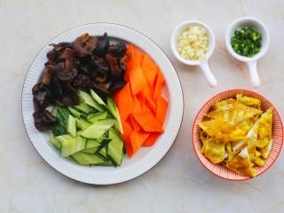 冬至美食 低脂低卡的黄瓜木耳炒鸡蛋,黑木耳提前泡发,胡萝卜、黄瓜洗净切菱形,鸡蛋煎熟切块备用。