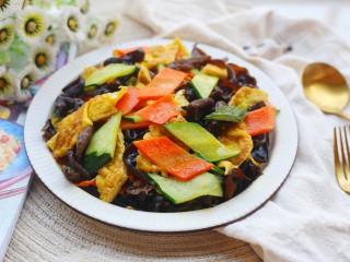 冬至美食 低脂低卡的黄瓜木耳炒鸡蛋,炒匀出锅盛盘。
