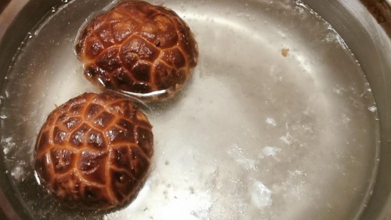 冬至美食 羊肉火锅,花菇用开水汆烫快速捞出