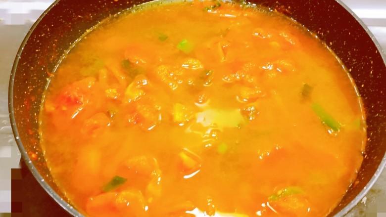 冬至美食 羊肉火锅,番茄变得软软的 汤汁变浓 倒入清水 煮开后关火