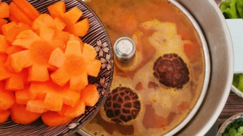 冬至美食 羊肉火锅,放入胡萝卜片