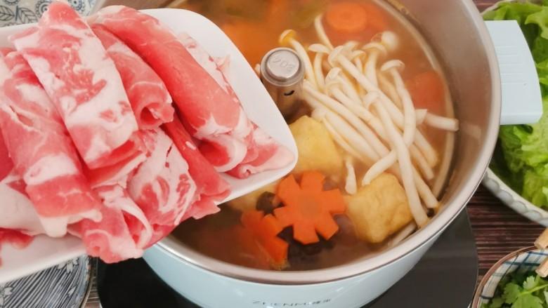 冬至美食 羊肉火锅,放入<a style='color:red;display:inline-block;' href='/shicai/ 10108'>羊肉卷</a>