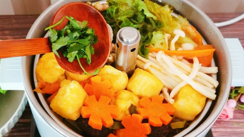 冬至美食 羊肉火锅,最后放入香菜  边吃边聊