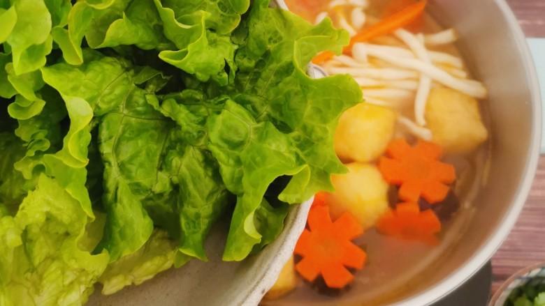 冬至美食 羊肉火锅,放入生菜