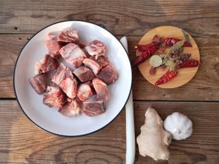 冬至美食 家常红烧牛肉,牛腩切成两指见方的大块(因为做熟会缩水,所以建议切的不要太小),先用凉水浸泡15-20分钟,洗净肉内毛细血管中的血水。