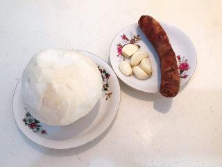 冬至美食   快手菜腊肠炒萝卜,给萝卜削皮,所有食材准备好了