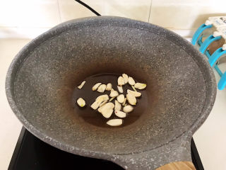 冬至美食   快手菜腊肠炒萝卜,油烧热后加入蒜片,炒出香味
