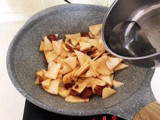 冬至美食   快手菜腊肠炒萝卜,加入100ml开水