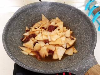 冬至美食   快手菜腊肠炒萝卜,大火烧5分钟左右即可,不要加锅盖