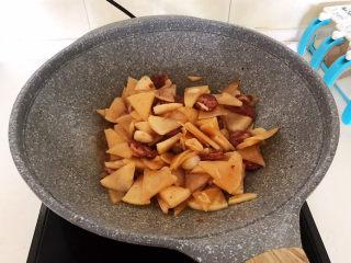 冬至美食   快手菜腊肠炒萝卜,翻炒均匀,腊肠炒白萝卜就做好了~