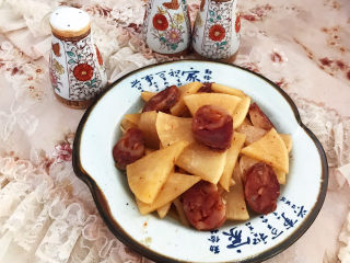 冬至美食   快手菜腊肠炒萝卜,腊肠炒白萝卜出锅了~