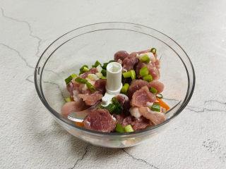 冬至美食+胡萝卜肉末蒸蛋,放入葱花
