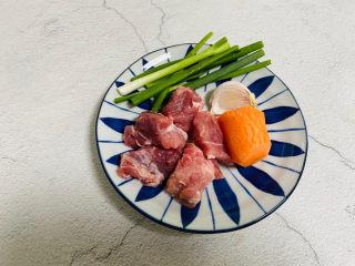 冬至美食+胡萝卜肉末蒸蛋,猪肉80g、胡萝卜一段、大蒜一瓣、香葱一根
