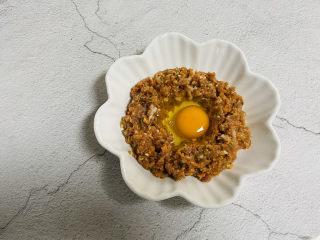 冬至美食+胡萝卜肉末蒸蛋,将鸡蛋倒入盘中
