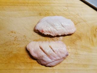 冬至美食  雪梨鸡翅,在鸡翅中表面划2刀