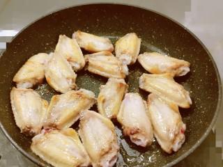 冬至美食  雪梨鸡翅,锅中放入食用油 油热后放入腌好的鸡翅中 煎至2面微微焦黄 取出备用