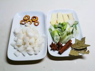 冬至美食  雪梨鸡翅,雪梨切丁 葱姜切片 备好香叶 八角桂皮和干山楂片