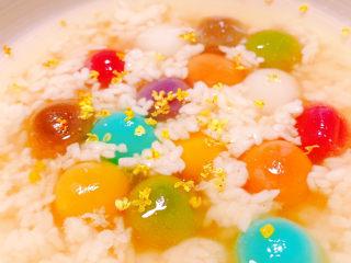 冬至美食 彩色小汤圆,将酒酿盛入碗中,依个人喜好增添桂花装饰。