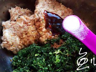 冬至美食 豬肉薺菜水餃,放入食鹽