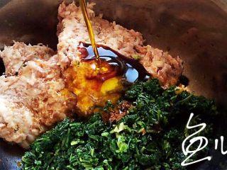 冬至美食 豬肉薺菜水餃,放入玉米油