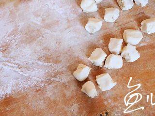 冬至美食 豬肉薺菜水餃,揪成小劑子