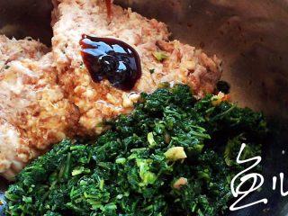冬至美食 豬肉薺菜水餃,倒入蠔油